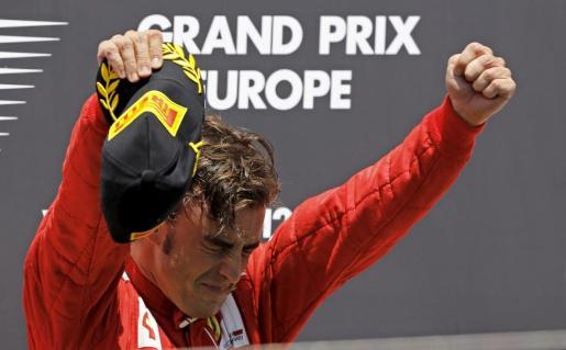 El piloto español de Ferrari, Fernando Alonso, celebra en el podio su victoria en el Gran Premio de Europa.
