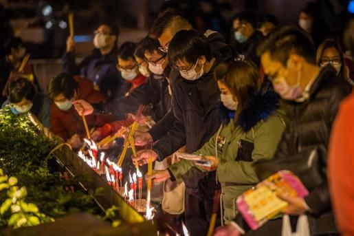 Ciudadanos chinos homenajean a las víctimas de la COVID-19.