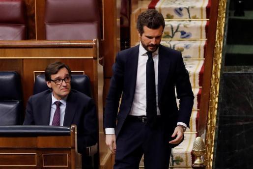 El ministro Illa observa al presidente del PP, Pablo Casado, en las escaleras del Congreso de los Diputados.