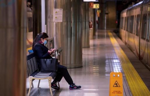 Una mujer espera en Mallorca el transporte público.