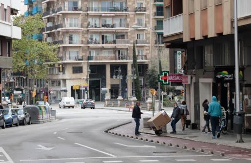 Gente con mascarillas por las calles de Palma.