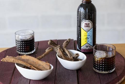 La presencia de quina y genciana en el palo mallorquín le da supuestos efectos medicinales.