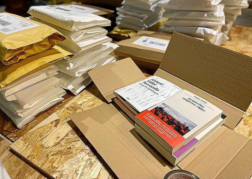 Algunos paquetes de libros listos para ser enviados a los hogares por el Dia del Llibre.