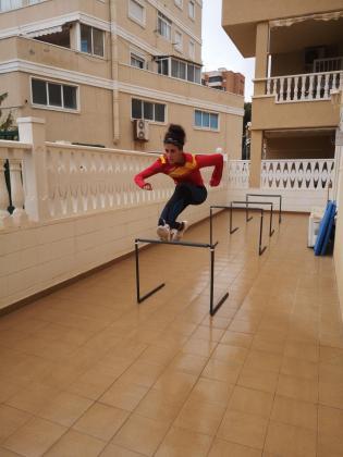 Imagen de la atleta mallorquina Caridad Jerez ejercitándos en la terraza de su casa en Alicante.