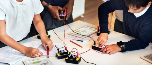 Los niños aprenden cómo funciona un circuito eléctrico.