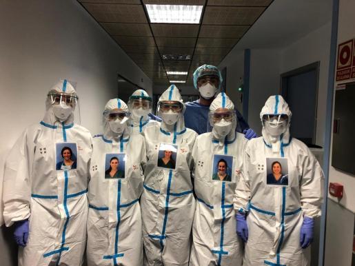 Los profesionales sanitarios están haciendo todo lo posible para ayudar a los enfermos de coronavirus. En la imagen, los profesionales de Sant Joan de Déu humanizan sus trajes de protección.