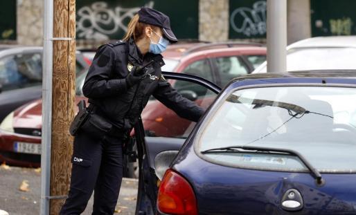Una agente de la Policía Nacional durante un control en Palma.