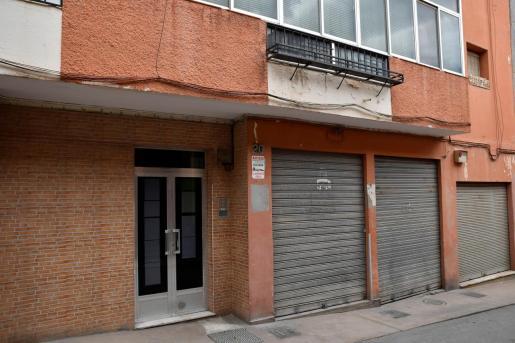Fachada de la vivienda, en la calle Cádiz de Almería, donde estaba escondido uno de los terroristas del Dáesh más buscados de Europa.