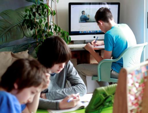 Niños y adolescentes han tenido que adaptarse a nuevos sistemas de enseñanza, hoy virtuales, y a vivir los paréntesis vacacionales confinados.