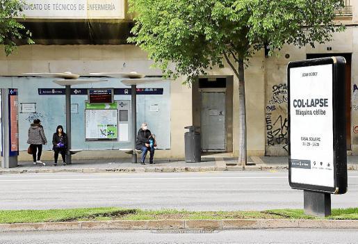 El 'colapso' al que alude el cartel publicitario las avenidas de Palma, frente a una parada de bus, no alude a la situación de la EMT: es el título de una exposición que debía estar abierta ahora.