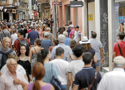 Baleares es la comunidad que a 1 de enero de este año ha registrado el mayor aumento porcentual de habitantes en comparación con el mismo período de 2019, del 1,9 %, hasta 1.171. 003 residentes. Además, es la autonomía con más proporción de ciudadanos extranjeros, un 18, 8 %.