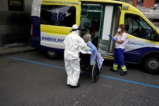 Una paciente de coronavirus, atendidas por el servicio sanitario en Bilbao.