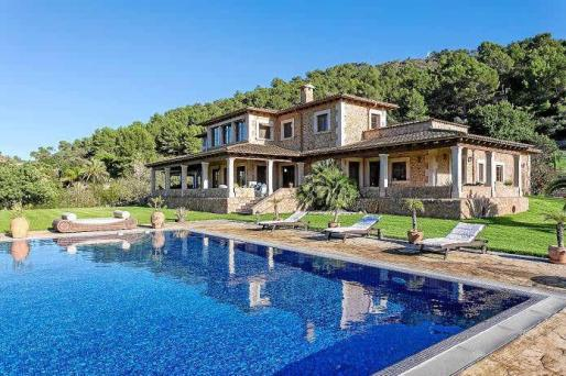La impresionante piscina de 90 metros cuadrados arropa al edificio, que destaca por su armonía tradicional y sus terrazas cubiertas.