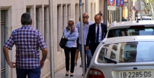 La acusada, acompañada por su marido y su abogado, en julio en los juzgados de Palma.