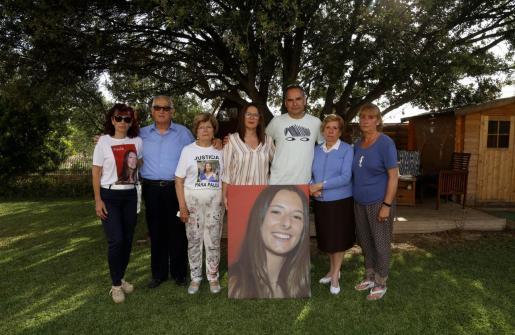 La familia de Paula Fornés, en la casa familiar de Marratxí, con una imagen de la adolescente.