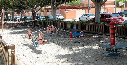 Los juegos infantiles del Parc Rosa Bueno, en el barrio del Rafal Nou, se precintaron este viernes.