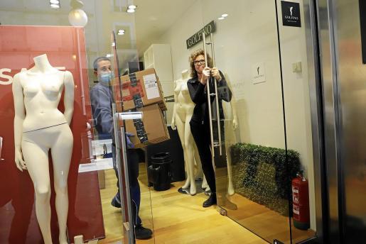 Yvonne abre la puerta para ir sacando cajas.