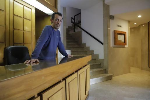José Ramírez lleva 4 años de portero en el edificio Hornabeque de Palma.