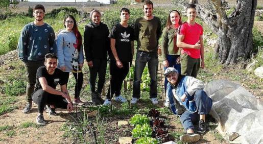 Joan Miquel Ferragut (en la imagen, con sus alumnos) es ingeniero agrícola y profesor de formación agroalimentaria en s'Algar.