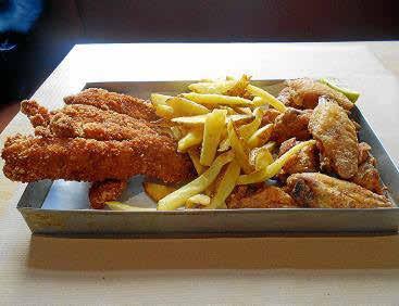 Alitas de pollo fritas, 'fingers' de pollo rebozados y patatas fritas 'a la llauna' en Buco Burger