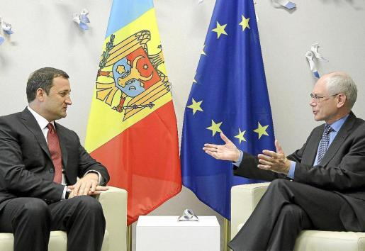 El primer ministro moldavo, Vlad Filat (i), conversa con el presidente del Consejo Europeo, Van Rompuy.