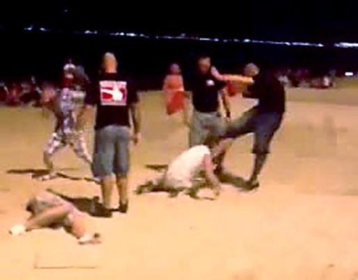 Captura del vídeo grabado por un teléfono móvil donde se ve la agresión.