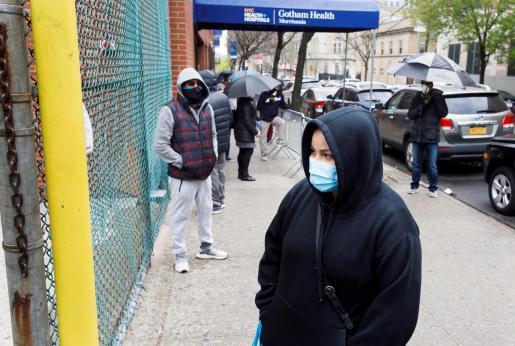 Ciudadanos esperan en filas, a veces hasta por cuatro horas, para realizarse una prueba de coronavirus en el centro de salud Gotham, en el Bronx.