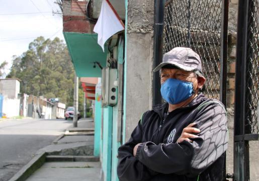 José Acipuela Pantoja posa junto a la bandera blanca que izó en su casa como petición de ayuda a las autoridades municipales en Quito.