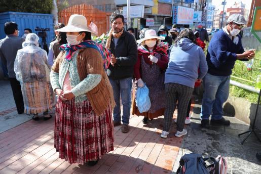 Un grupo de personas hacen fila para utilizar una cámara de medicina tradicional, donde usan plantas de eucalipto, manzanilla y huira huira, que tienen cualidades 'expectorantes' y que ayudan a las vías respiratorias.