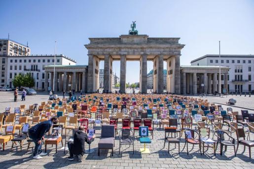 Vista de la Puerta de Brandenburgo con cientos de sillas desplegadas frente a ésta, durante una protesta simbólica contra el estado de confinamiento por parte del sector gastronómica alemán.