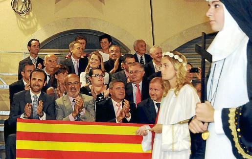 El reglamento obliga al Ajuntament a invitar a los portavoces de los grupos parlamentarios.