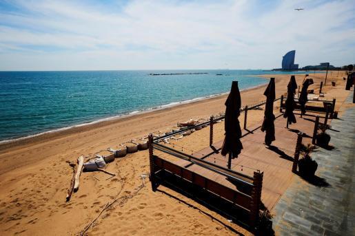Vista de un chiringuito de la playa de la Barceloneta cerrado. Los chiringuitos de las playas de Barcelona cerrarán durante el verano, salvo que un acuerdo con el Ayuntamiento que gestiona Ada Colau lo evite.