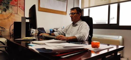 Manuel Palomino, director de Gestión y Presupuestos de IB Salut, en su despacho; Baleares lleva gastados casi 40 millones en material sanitario.
