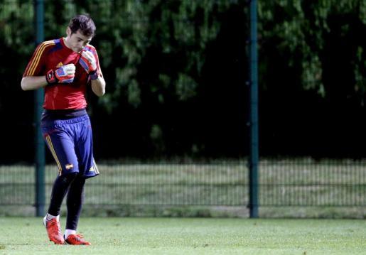 El portero de la selección española Iker Casillas durante el entrenamiento efectuado esta tarde en Donetsk.