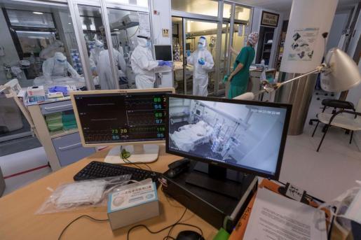 Varias enfermeras de la unidad de cuidados intensivos (UCI) del Hospital Morales Meseguer de Murcia, atienden a un paciente infectado con COVID 19.