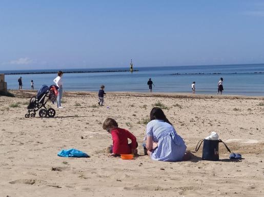 Los menores pueden jugar en la playa.