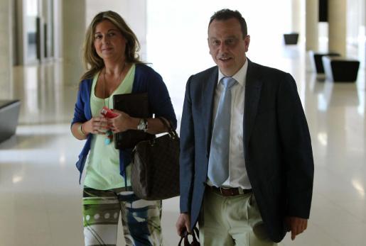 El fiscal del caso Palma Arena, Pedro Horrach, acompañado de una de las abogadas de la acusación particular, a su llegada esta mañana a la Ciudad de la Justicia.