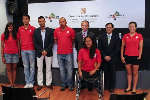 Los deportistas de Baleares preseleccionados para Londres 2012, con el conseller de Turismo, Carlos Delgado, y el gerente del Comité Olímpico, Albert Jofre.