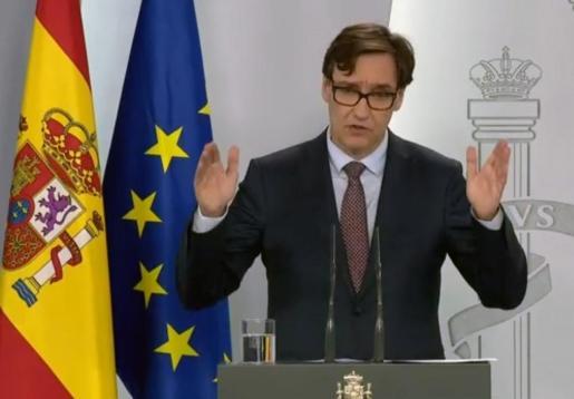 Captura de la señal institucional del Palacio de la Moncloa del ministro de Sanidad, Salvador Illa, durante su comparecencia, este domingo, en el Palacio de la Moncloa, en Madrid.