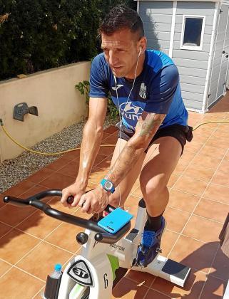 Guillem Vallori, central del Atlético Baleares, entrenando en casa durante el confinamiento.