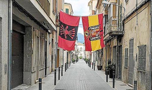 Las banderas se colgaron en la calle Marina.