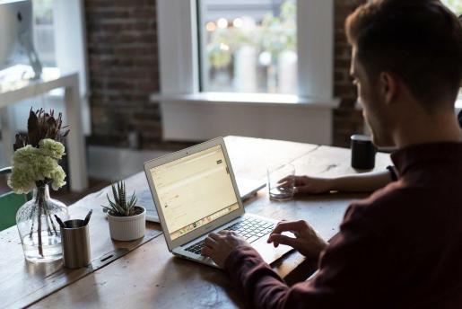 Imagen de recurso de un hombre trabajando en casa con su ordenador.