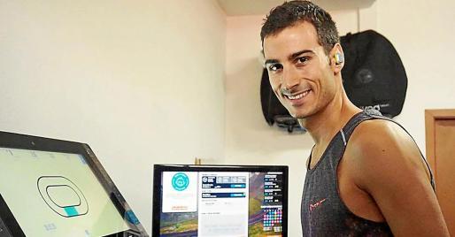 El triatleta mallorquín Mario Mola se ejercita en su domicilio mallorquín.
