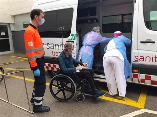 Imagen de archivo del traslado a su domicilio de un paciente con coronavirus, tras salir de la UCI en Menorca y recibir el alta.