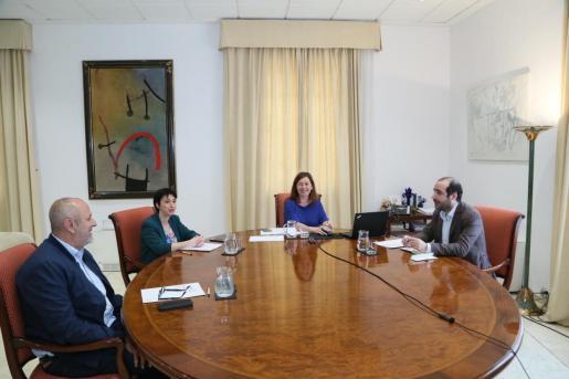 La presidenta del Govern, este lunes con la portavoz del Grup Parlamentari Socialista, Silvia Cano; el portavoz del Grup Parlamentari Unidas Podemos, Alejandro López, y el portavoz del Grup Parlamentari MÉS per Mallorca, Miquel Ensenyat.