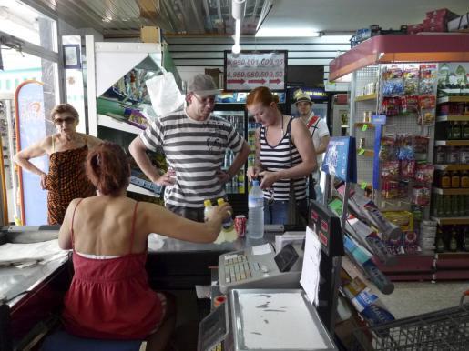 Imagen de archivo de una tienda de alimentación en un zona turística.