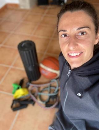 La baloncestista 'binissalemera' Alba Torrens se hace un selfi en su domicilio de la localidad del Raiguer.