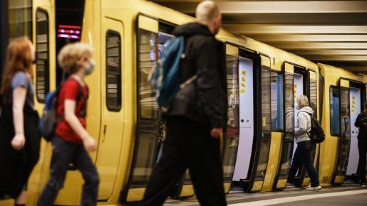 Pasajeros llenado mascarillas en la estación de Alexanderplatz en Berlín.