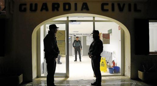 Imagen de archivo de tres agentes de la Guardia Civil, en un cuartel de Mallorca.