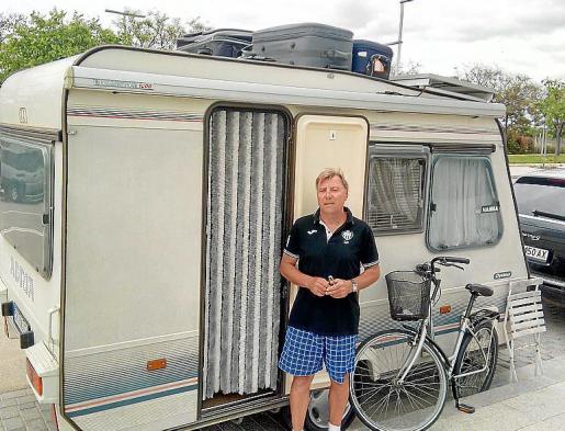 Iván apenas sale de la caravana y no va muy lejos por temor a ser multado.